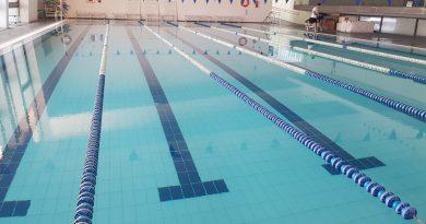 Un vecino de Arahal reclama en pleno la reapertura de la piscina cubierta